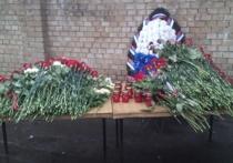 Москвичи несут цветы на место гибели восьмерых пожарных