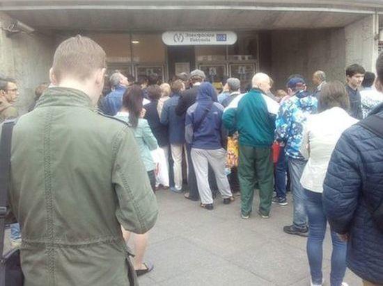 Петербуржцам устроили тотальный досмотр на входе в метро