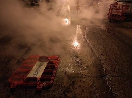 ВПетербурге наулице Есенина прорвало трубу: движение ограничено
