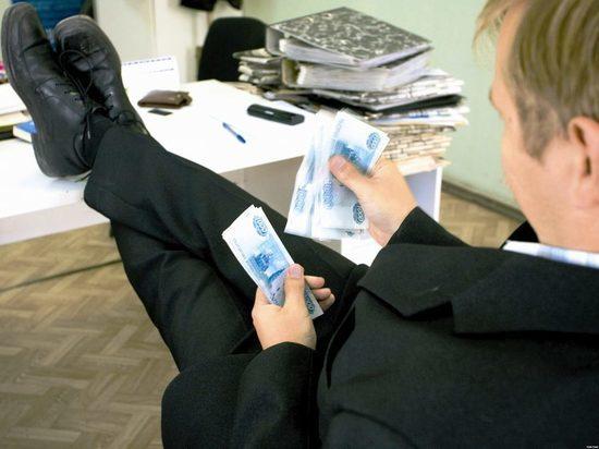 Заработная плата чиновников вПетербурге упала на2%